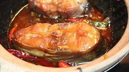 Cho cá lên bếp rồi kho