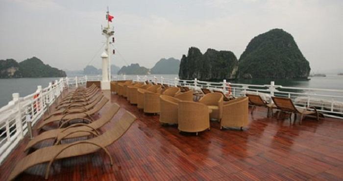 Khu sân chơi rộng rãi với đầy đủ bàn ghế cho bạn thư giãn